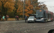 ФОТО ОЧЕВИДЦА: В Дзирциемсе столкнулись трамвай и легковушка