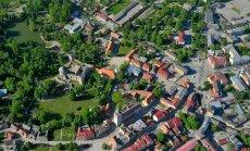 Ķīniešiem piederošajos īpašumos Cēsīs dzīvo īrnieki latvieši, saka pilsētas mērs