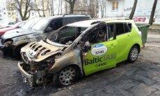 Bandīti uzbrūk 'BalticTaxi': stāvvietā nodedzināti trīs taksometri