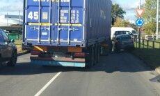 Foto: Avārija un sastrēgums Mūkusalas aplī