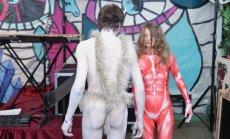 Foto: Draiskas ainiņas un krāšņas maskas ikgadējā Mākslas akadēmijas karnevālā