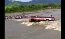 Video: Pjurā straume aiznes autobusu ar visiem pasažieriem