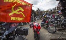 Baltkrievu aktīvisti ar Ukrainas karogiem protestē pret prokremliskajiem motociklistiem