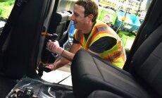Foto: 'Facebook' dibinātājs piedalījies 'Ford' pikapa montāžā