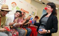 Fotoreportāža: Bērnu slimnīcā sāks strādāt jaunie dakteri - klauni
