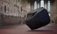 Foto: Vācu mākslinieki senā klosterī pakar šķietamu klintsbluķi