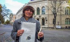 'Godzemes ķoniņiene' sodus policijai vēlas nomaksāt ar apzīmētiem koka sprungulīšiem
