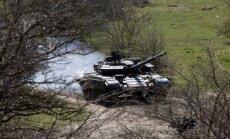 Pie Ukrainas robežas ir aptuveni 200 krievu tanki un 'Grad' artilērijas iekārtas, paziņo diplomāts