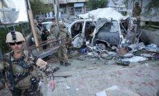 Uzbrucēji Afganistānas armijas uniformās nošauj divus NATO karavīrus