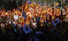 Simtiem tūkstošu cilvēku iziet ielās un pauž atbalstu Katalonijas vienotībai ar Spāniju