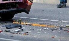Garkalnē avārijā cieš sieviete un bērns; Rīgā ievainojumus gūst divi jaunieši