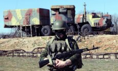 Krievijas karavīri pastiprina Ukrainas vienību blokādi, rok ierakumus