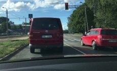 Bīstama situācija uz ceļa: busiņš Rīgā brauc bez bremžu gaismām