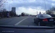Video: Autovadītāja pārkārtojas uz 'aklo' un teju avarē