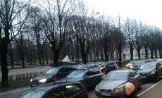Foto: Elizabetes ielā ceļu nesadala trīs 'BMW X5'