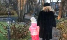 Privāti kadri: Galkins un Pugačova ar bērniņiem bauda rudeni
