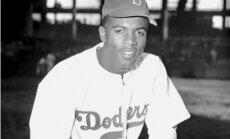 Par diviem miljoniem dolāru izsola leģendārā melnādainā beisbolista Džekija Robinsona formu