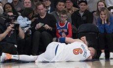 Porziņģis 'Knicks' spēlē gūst smagu ceļgala savainojumu