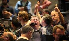 Fotoreportāža: prieks, bailes un uztraukums – biržas satricina ASV centrālās bankas paziņojums