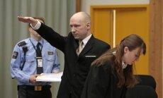 Video: Tiesā par apstākļiem cietumā Breiviks rāda nacistu sveicienu