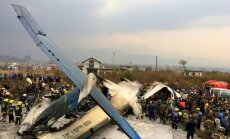 Foto: Nepālā pēc nolaišanās pilnībā sadeg 'Bombardier Q-400'