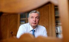 Pretrunīgie 'nelojālo pedagogu' grozījumi neieviesīs cenzūru, sola Šadurskis