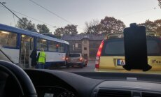 Foto: Auto un tramvaja sadursme Jūrmalas gatvē