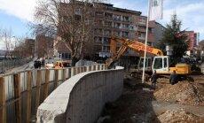 Pilsētā Kosovā bez incidentiem nojaukts serbu uzceltais mūris