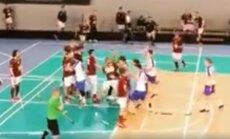 Video: Latvijas florbola pirmajā līgā laukumā un tribīnēs izceļas asumi
