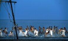 Foto: Iespaidīgā dejas izrāde jūras krastā – 'No zobena saule lēca' Vecāķos