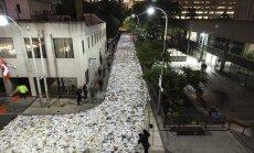 Foto: Tūkstošiem mirdzošu grāmatu noklāj darbīgu Toronto ielu