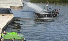 Video: Garāmgājējs Jelgavā izglābj kuģīti 'Moana' no nogrimšanas