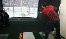Foto: Ar Latvijas izlases spēlētāju līdzdalību atklāts pirmais hokeja simulators Eiropā