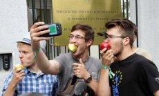 Foto: 'Braļukas' ēd ābolus par spīti Putinam