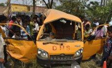 Foto: Indijā skolēnu autobusa sadursmē ar vilcienu 13 bojāgājušie