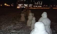 ФОТО: Ригу попытались захватить снеговики (и части их тел)