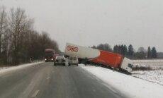 Uz Bauskas šosejas pie Dimzukalna grāvī ieslīdējis smagais auto