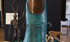 Huligāns Rīgā sabojā Salvadora Dalī skulptūru 'Eņģeļa parādīšanās' (plkst. 17:39)