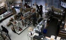 Video kā spriedzes filma: Neģēļu banda siro pa ASV ieroču veikalu