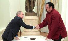 Foto: Putins pasniedz Krievijas pasi jaunajam tautietim Sīgalam