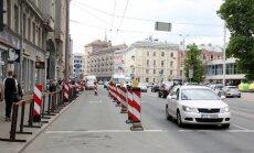 """Отремонтированная улица Бривибас уже вся в """"заплатках"""""""