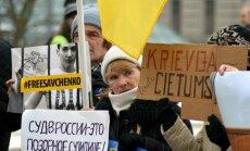 Foto: Ap 20 cilvēku iepretim Krievijas vēstniecībai pauž atbalstu Savčenko