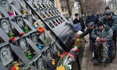Foto: Ukraiņi piemin Eiromaidanā noslepkavoto 'debesu simtnieku'