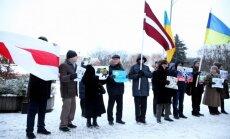 Foto: Neliels pulciņš aktīvistu pie Krievijas vēstniecības protestē pret agresiju Ukrainā