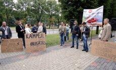 Mītiņš pret OCTA sadārdzināšanu pulcē ap 30 aktīvistu