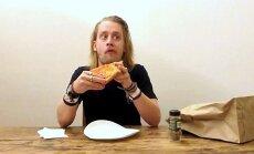 Video: Makolijs Kalkins ēd picu, kopējot Vorhola šedevru