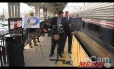 Video: Pret dzelzceļa uzņēmumu vērstā preses konferencē ASV senatoru gandrīz notriec vilciens