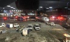 Toronto lidostā pēc sadursmes uz zemes aizdegas lidmašīna