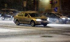 Sniega dēļ Rīgā palēnināta satiksme