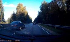 Video: 'Ceļa pavēlnieks' pie 'Audi' stūres vairākkārt izaicina likteni
